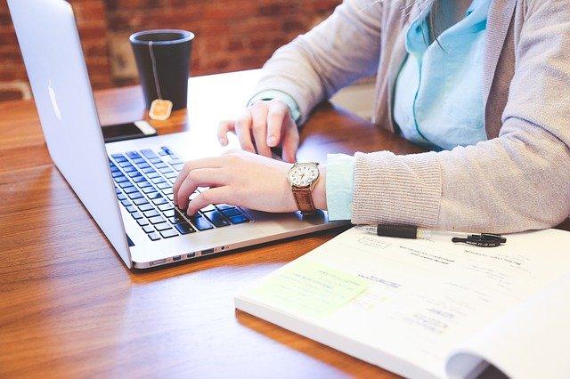 Frau sitzt am Laptop; Foto: Pixabay